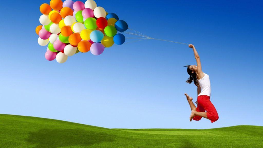 ragazza felice con palloncini