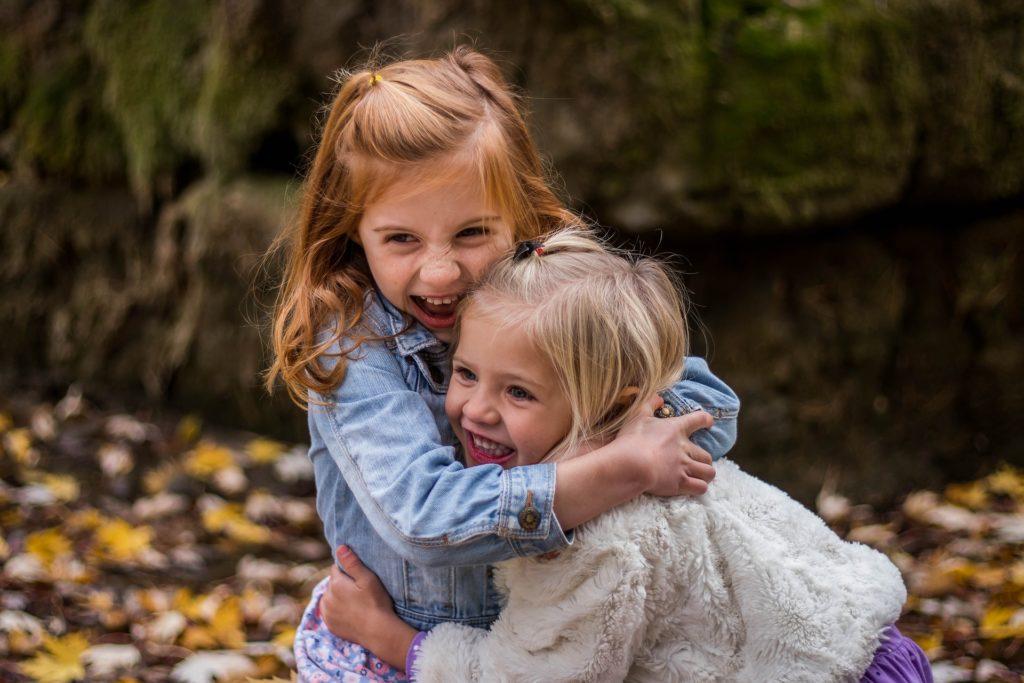 bambine che si abbracciano